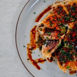 Gyoza au poulet et à la tomate